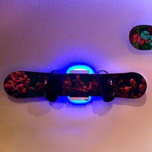 Wandhalter für Snowboard mit LED Hintergrund Beleuchtung