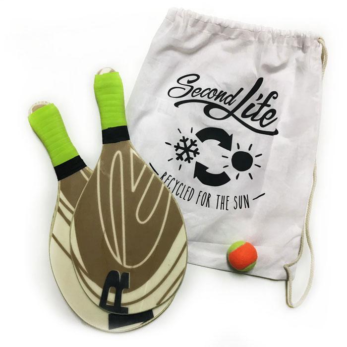 Zu sehen ist ein Paar Beachballschläger gefertigt aus ausgemustertem Snowboard.